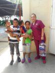Entrega de aguas a madres de familia con hijos menores de 2 años en Campo Cardenal